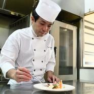 プロである以上、美味しい料理を出すことはあたりまえ。ですが、接客によってお店の印象、そして料理の美味しさも変わると思います。お客様にとって、居心地の良さを大切にすることをまずは心がけています。