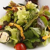 旬の野菜を、オリジナルドレッシングでたっぷりと『地元農家の旬野菜サラダ』