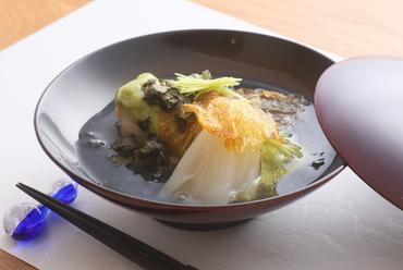 ほっくりした食感が魅力の『白甘鯛のオクラトロロ蒸し 山葵餡』