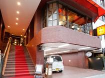 階段の赤絨毯が2階の店内へと導く