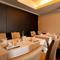 間接照明とシックな内装が上質な大人のための空間を演出