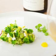 ハーブやレモン・ヨーグルトのソースと、ブロッコリーの食感、毛ガニの風味、アボカドの滑らかさが合わさった爽やかな前菜。酸味と香りが印象的なひと皿です。