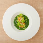 ホウレン草・根セロリ・トマトなどを長時間加熱することで、野菜の旨みが抽出された鮮やかな緑色のソースとなります。野菜の美味しさから組み立てた、ナチュラルなひと皿です。