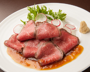 びらとり和牛の旨みをギュッと閉じ込めた絶品ローストビーフ。一口食べると贅沢な旨味が口いっぱいに広がります。