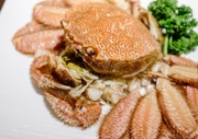 1個 360円 厚岸産の牡蠣は厚岸産でしか味わえない旨味、そして「甘味」があり、弾力性がありぷりっとしおり、のどごしもよく食欲をそそります。カキそのものを楽しめる生か旨味が凝縮される蒸しでご提供。