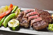 北海道平取町の黒毛牛「びらとり和牛」は旨味、脂のノリ、甘み、食感、どこをとっても非の打ち所のない最高級ブランド牛。旨味が凝縮しているサーロインをどうぞご賞味ください。