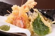 ウニの天ぷら。絶品のウニにひと手間をかけて天ぷらに仕上げます。揚げたての天ぷらは旨いの一言!