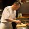 オープンキッチンでお客様の雰囲気とペースに添って料理づくり