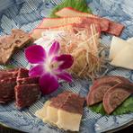 貴重な部位も味わえる『くじら盛り合わせ』は、6種類が一皿に