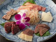 長崎から直送された、くじらの赤身、うね、ベーコン、さえずり、胃袋、百ひろの6種が一度に楽しめます。