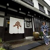 芹沢銈介氏デザインによる暖簾が人目をひく風格ある一軒家です