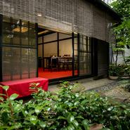 暖簾をくぐれば民芸建築家宮地米三が設計を手掛けた開放感のある空間が広がります。趣の異なる様々なくつろぎの間が連なっており、芹沢氏が描いた雲や草木をモチーフとした襖絵も美しい。