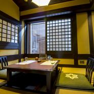 個室は大小あり掘りごたつタイプや椅子タイプなど趣も様々で2名~30名様まで対応。小さな会合や法事など多目的に利用できます。個室料は昼、夜共に奉仕料として10%かかります。