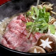 厳選された黒毛和牛を甘辛い割り下でさっと煮て、生卵を付けていただくスタイル。ゴボウや椎茸、ネギなど野菜はその時々で異なります。