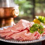 きめ細かい霜降り肉は、リブロースの芯の部分だけを使用。秘伝の胡麻だれとの相性は抜群。煙突の中に炭を入れた火鍋での提供にも風情があります。※単品もあり