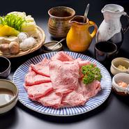 自家製の胡麻だれは門外不出のレシピで手間暇かけています。ごまを炒ることからはじめ、丸二日かけて完成したのちに、半年ほど寝かしております。香ばしいごまの美味しさが引き立ったタレと肉との相性は抜群です。