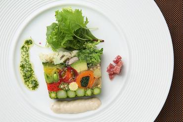 繊細に仕上げられた彩り豊かな『20種類の野菜のテリーヌ』