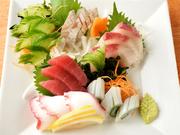 毎朝名古屋の漁港から仕入れる新鮮な魚が自慢。マグロ、ハマチ、イカなどの定番にその日獲れた鮮魚が豪快に盛られた5品。お酒を片手に魚をつまみながら季節の移ろいを楽しめます。