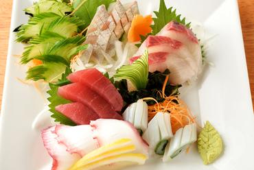毎朝仕入れる新鮮な『お刺身5種盛り合わせ』は季節の贈り物
