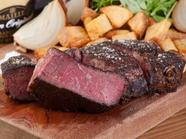 ガリッとした表面と中の柔らかさが特徴。肉本来の美味しさを味わえる『愛知県 段戸山高原牛のステーキ』