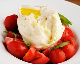 クリーミーなチーズと甘いトマトのハーモニーが魅力『イタリア産ブッラータチーズといいトマト』