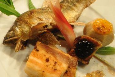 黒毛和牛と旬の焼き魚が味わえる夜の本格懐石。鯛だし茶漬けとデザート盛り合わせまで付いて8品6000円税込