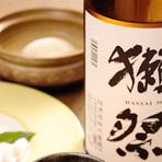 店主の地元である山口県の地酒「獺祭」などを中心に、日本各地から厳選した美味しい日本酒がラインナップ。旬な食材が味わえる料理と合わせて、お好みのお酒を堪能できます。