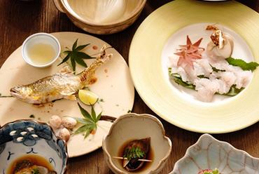 旬の食材がふんだんに使われ、季節感ある料理が並ぶ『本日のおまかせコース』