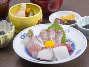 新鮮な魚と自家製の煮物などを味わえる『お造り定食(松)』