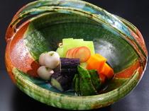 旬の野菜を彩りよく盛付けた『夏野菜の焚合せ』