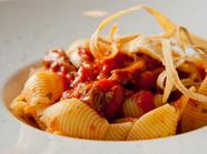 見た目もオシャレにアレンジ。イタリア伝統の味『トリッパのトマト煮込みコンキリエ~ケッパー風味~』