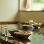 【あかね荘】の牛しゃぶコースは夏場でも大人気。ピリ辛の柚子胡椒が効いた酢醤油に漬けて食べる筑穂牛のとろける味わいがその理由。自家製野菜と特製の出汁も、牛肉の旨みを引き立てます。