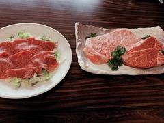 筑穂牛のしゃぶしゃぶは、噛まなくても口で溶ける柔らかさ。柚子胡椒と酢醤油に漬けてどうぞ。