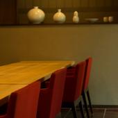 1人使いに便利なカウンター席で、料理人との会話を楽しむ