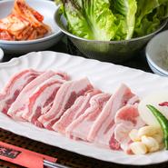 厳選仕入れしている豚バラ肉を、新鮮な野菜やキムチを一緒に巻いて食べるのがおすすめ!焼くことで余分な豚バラ肉の脂が落ちるので、ヘルシーで美味しいサムギョプサルが楽しめます。