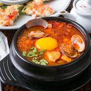 日本で言われるおぼろ豆腐を使って作る鍋で、韓国の一般的な家庭料理です。