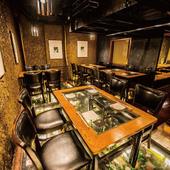 【20席】床がガラス張りのオシャレ空間にあるテーブル席