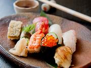料理人のお父様でもある、この道42年のベテラン寿司職人が丹精込めて握ります。カウンター越しに見える華麗な手さばきにも注目です。一貫ずつ注文できて、価格も150円からという手頃さが嬉しいポイント。