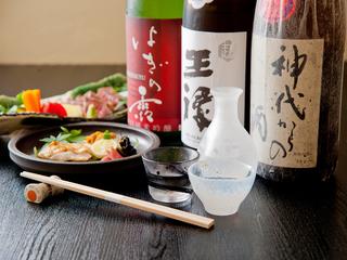 店主厳選の全国各地の日本酒を用意しています。