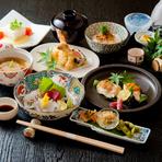 新鮮なお刺身、お寿司は1巻150円~、れんこん饅頭、お肉料理、天ぷらと数多くのメニューがあります。 全てその日入った食材を使用しますので毎日メニューが変わります。