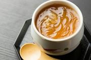 丁寧にとった出汁で仕上げる茶碗蒸しに、高品質なフカヒレをたっぷり合わせた至福の料理。とろけるような食感と奥深い旨みを堪能できます。季節に応じて、松茸やトリュフなどの創作茶碗蒸しも登場します。