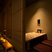 料理とお酒、会話を楽しむ大人デートに相応しい、和の個室