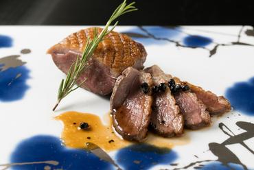 青森県産鴨使用。しっかりした肉質と甘くコク深い味が特徴の『国産鴨のロースト』