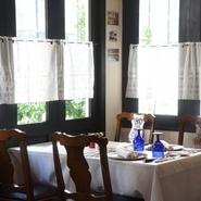 フロアの一角、少し離れたところにある半個室のような雰囲気漂うテーブル席。普段使いや特別な日の食事などサプライズの演出も相談ができます。肩ひじ張らない心地よさが二人の距離を自然に近づけてくれるかも。