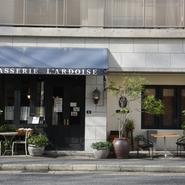 シェフが現地のショップでセレクトしたインテリアや開放感があるテラス席など、フランス・パリの下町を彷彿とさせるおしゃれな店構え。クラシックスタイルのフレンチに、日本の文化を合わせた唯一無二を楽しめます。