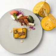 菜園で採れる四季折々の味覚を真っ白な一皿で美しく表現。旬の移り変わりとともに約20種が栽培される農園から、瑞々しい採れたての野菜が届きます。