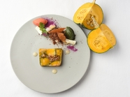 自家菜園のカボチャと白イチジクのテリーヌ トマトとバジルのソルベ ハニーウィスキーソース
