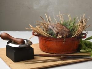 目の前で立ち上る香りに食欲をくすぐられる『仔羊のワラ焼き ミントヘーゼルナッツのソース』