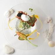 オマール丸ごと1尾を使った贅沢な一皿。帆立のムースが入った花ズッキーニや、タイムで香りづけされた泡などそれぞれのエレメントをじっくりと楽しみたい逸品です。