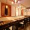 色とりどりの琉球ランプが、賑やかな食のひとときを演出